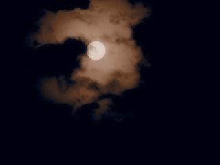 雲の中のスーパームーン